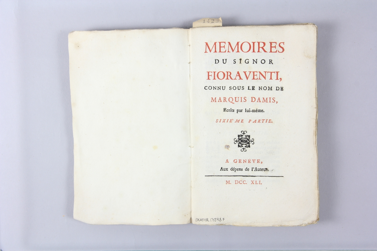 """Bok, häftad,""""Mémoires du signor Fioraventi, connu sur le nom de marquis Damis"""", del 6, tryckt 1741 i Geneve. Pärm av marmorerat papper, oskuret snitt. På ryggen pappersetikett med volymens namn och samlingsnummer. Ryggen blekt och skadad."""