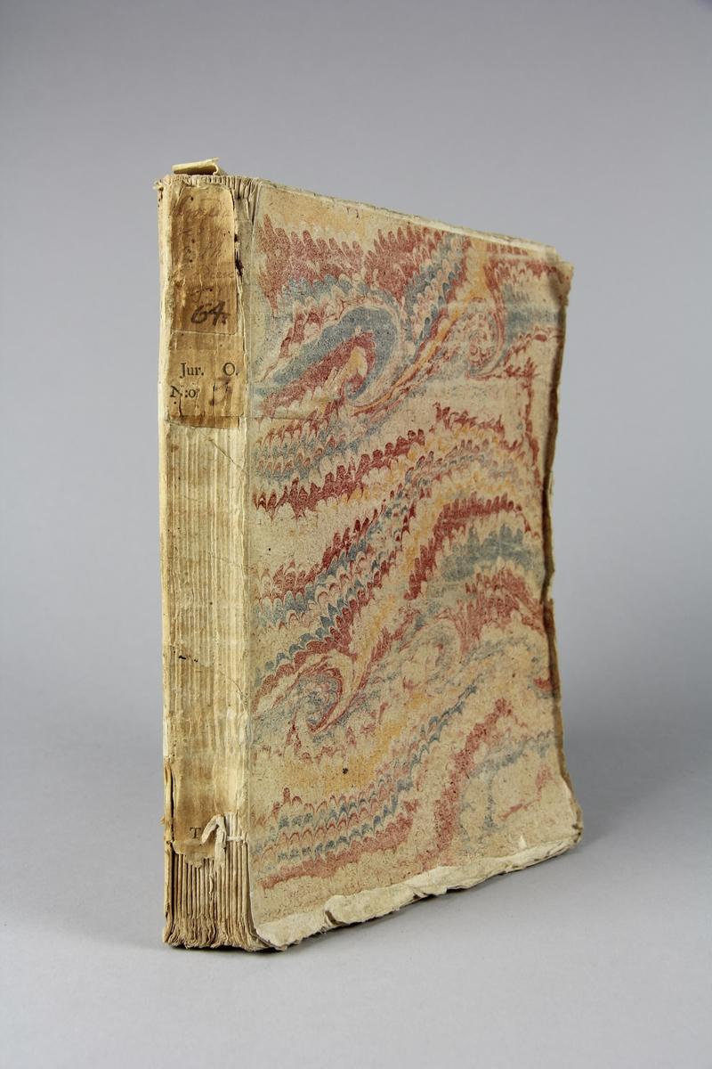 """Bok, häftad, """"Mémoire instructif pour le pere Jean-Baptiste Girard"""",  tryckt 1731 i Haag. Pärm av marmorerat papper, oskurna snitt. Blekt rygg med etikett med titel och samlingsnummer. Anteckning om inköp."""