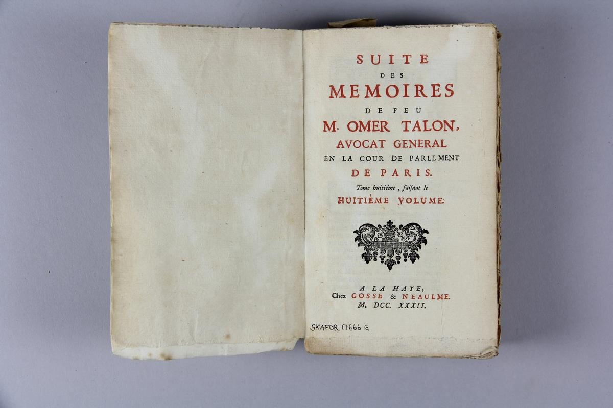 """Bok, häftad, """"Mémoires de feu M. Omer Talon"""", del 8, tryckt i Haag 1732. Pärm av marmorerat papper, oskurna snitt. På ryggen klistrad pappersetikett med samlingsnummer. Ryggen blekt."""