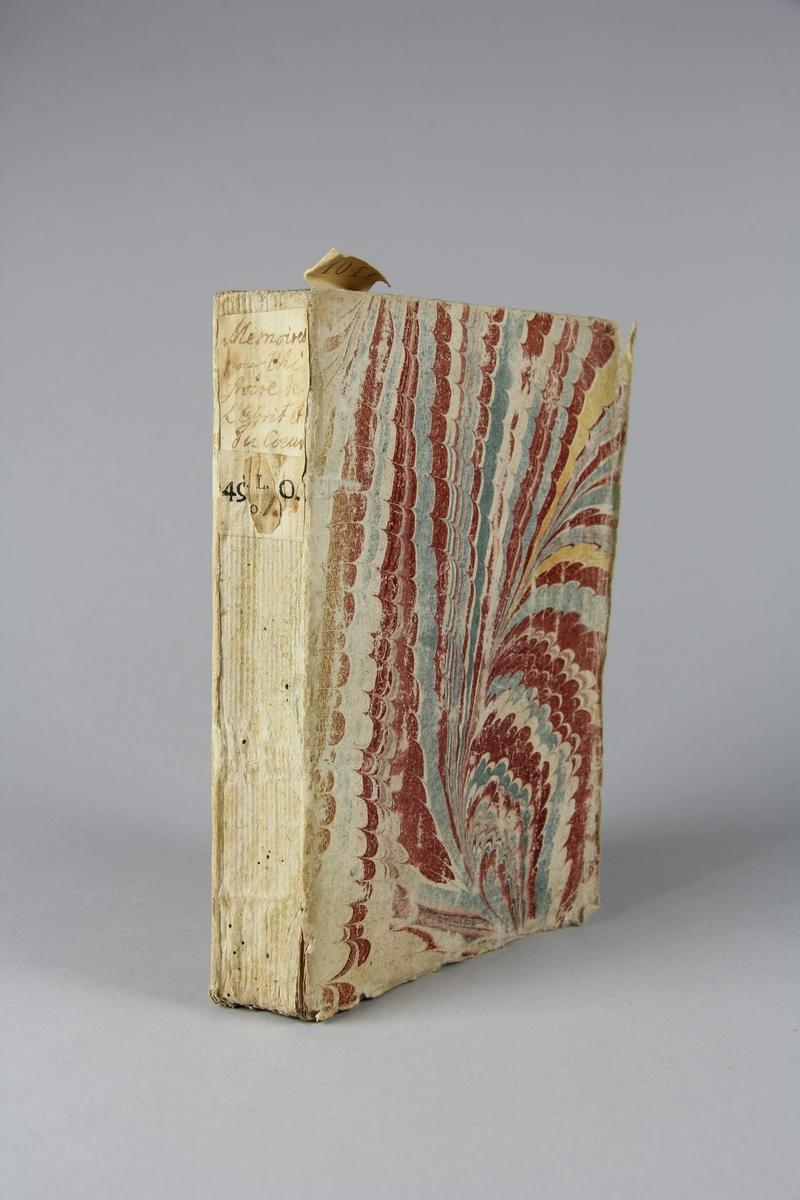 """Bok, häftad, """"Mèmoires pour servir à l´histoire de l´esprit du coeur"""", tryckt i Haag 1744. Pärm av marmorerat papper, oskurna snitt.  Blekt rygg med etikett med titel och samlingsnummer."""