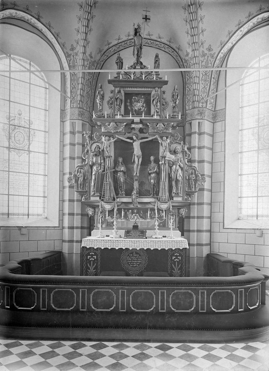 Heliga Trefaldighets kyrkan i Arboga altaret. 1901.