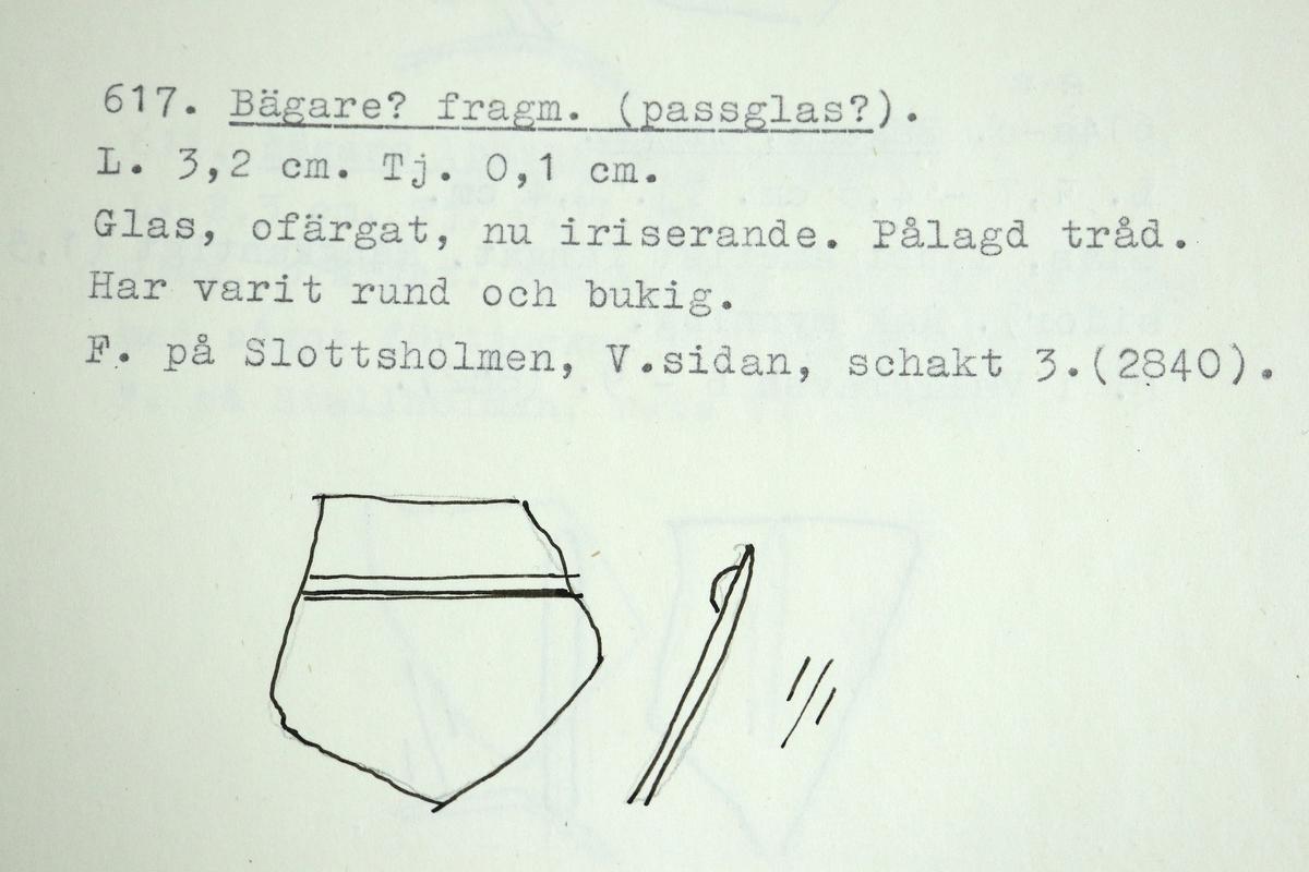 Fragment av ett passglas av ofärgad, nu iriserande glasmassa. Cylinderformat kärl med pålagd tråd.