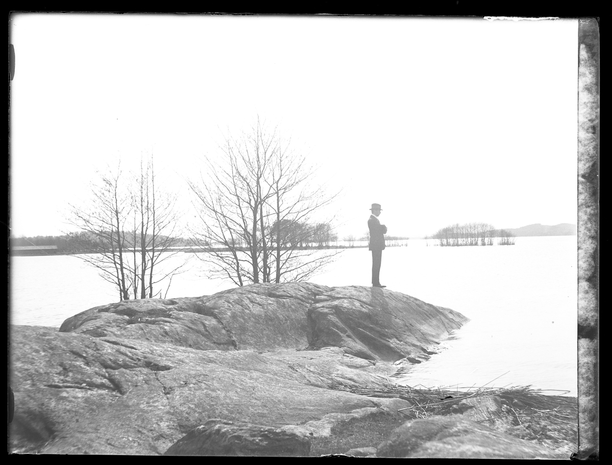 Porträtt av H. Larsson (troligen Hugo Larsson) på en stenudde i Mjörn.