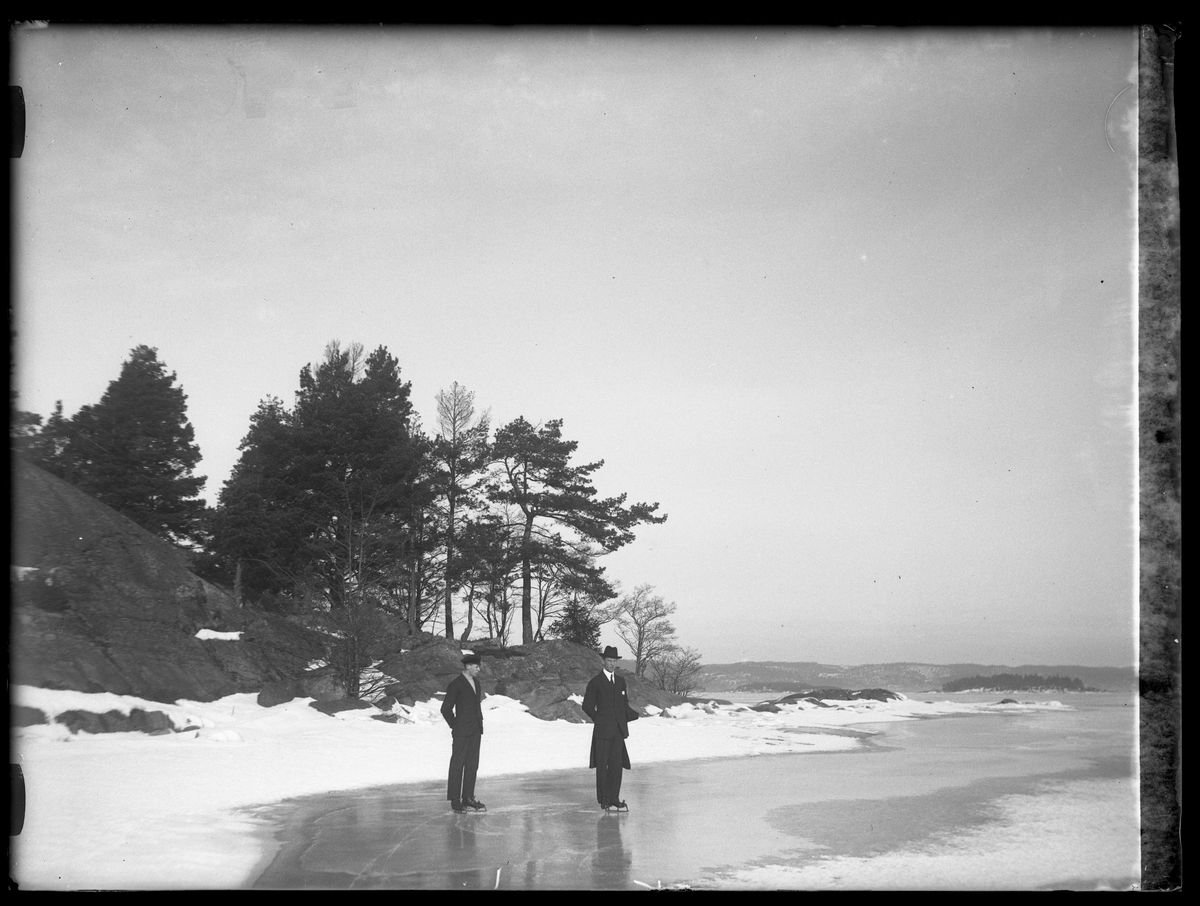 Helge och Hugo Larsson åker skridskor på isen.