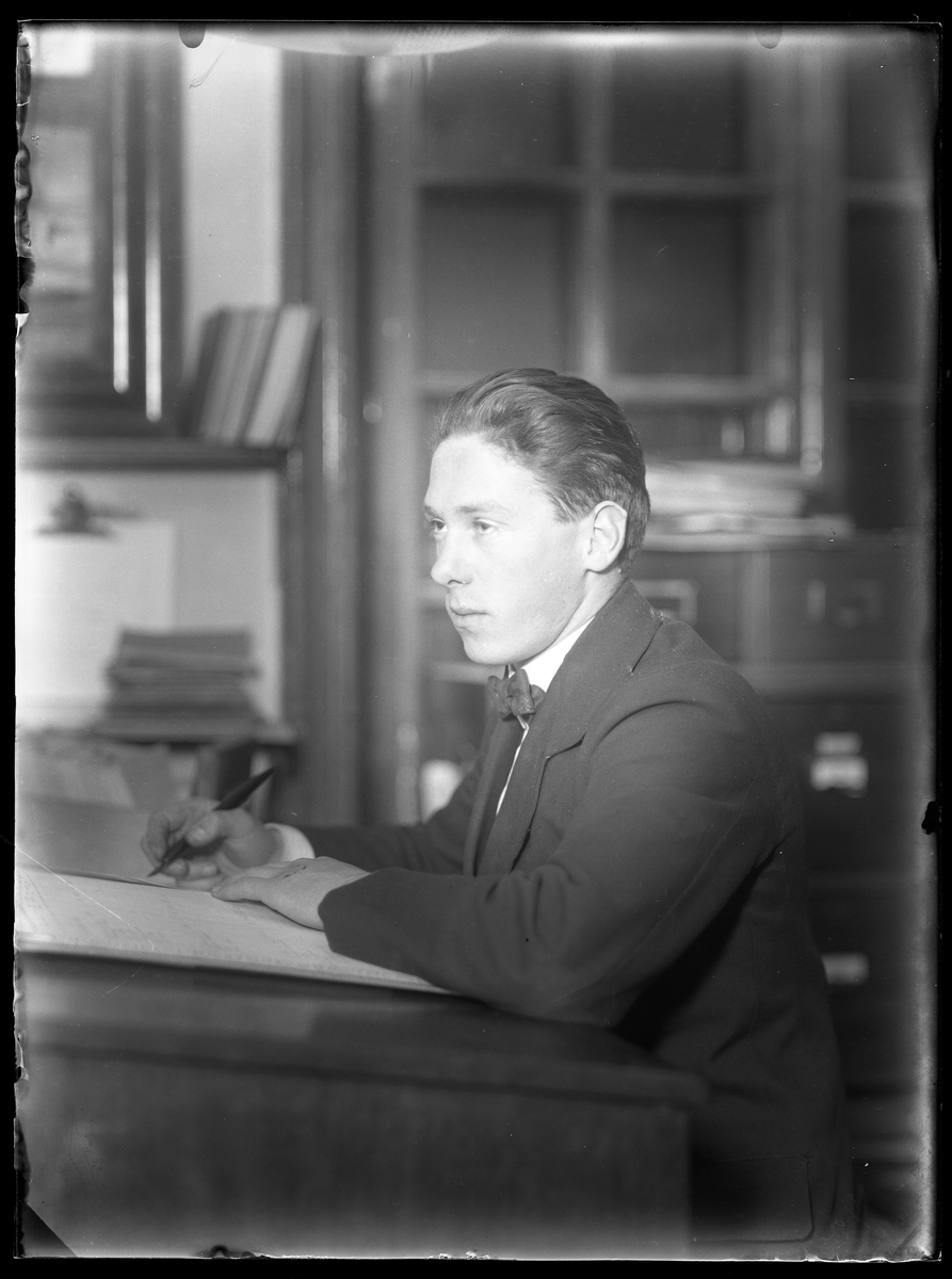 Porträtt av Carl Oscar Johansson sittande vid ett skrivbord.