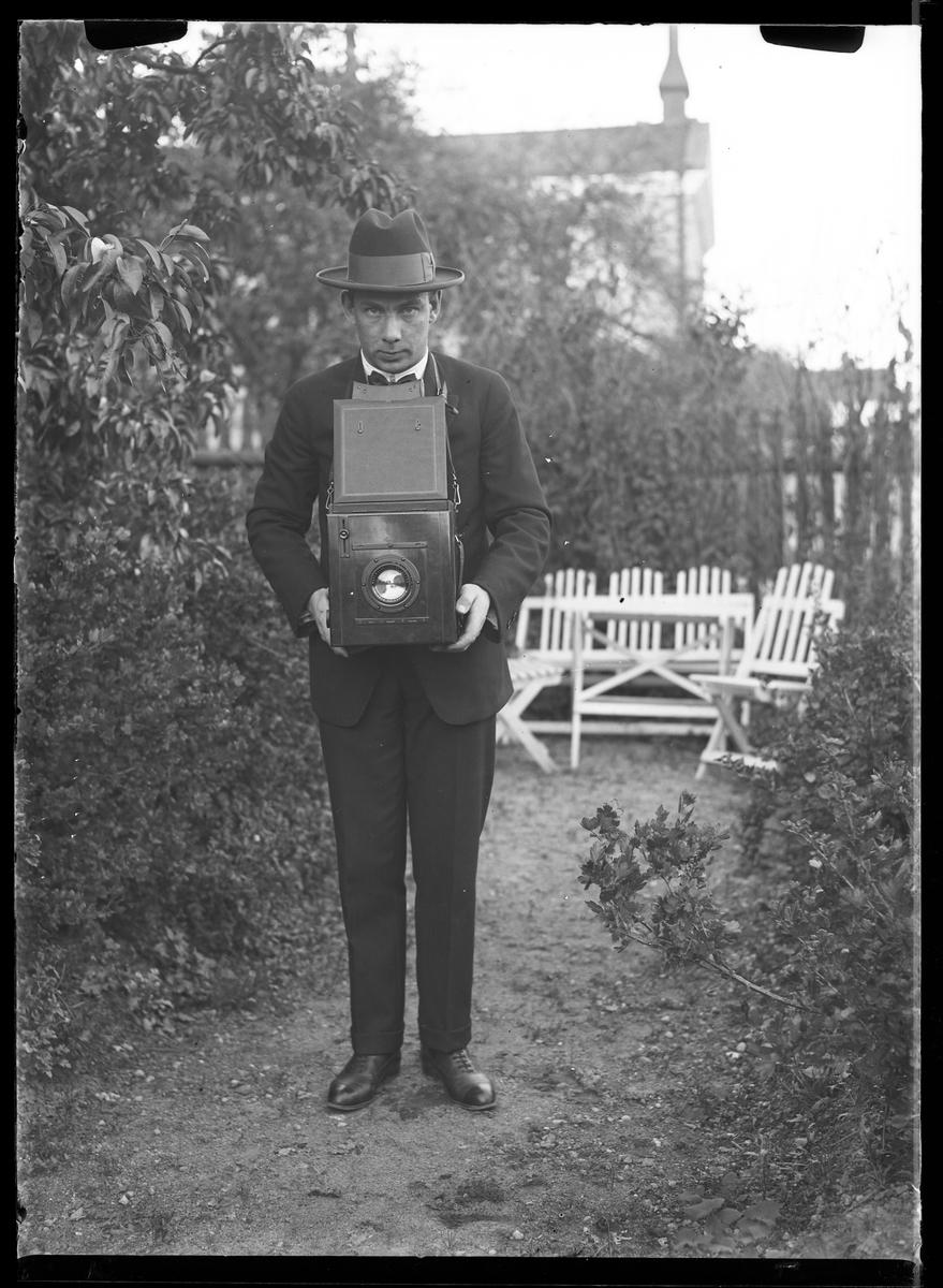 Fotografens radioapparat fotograferad mot vit bakgrund.