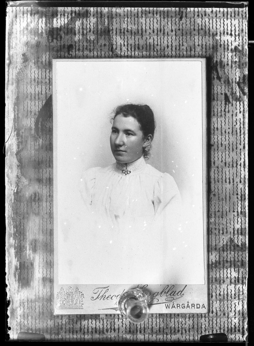 Reprofotografi av ett porträtt av fotografens mamma, Emma Sofia Johansson.