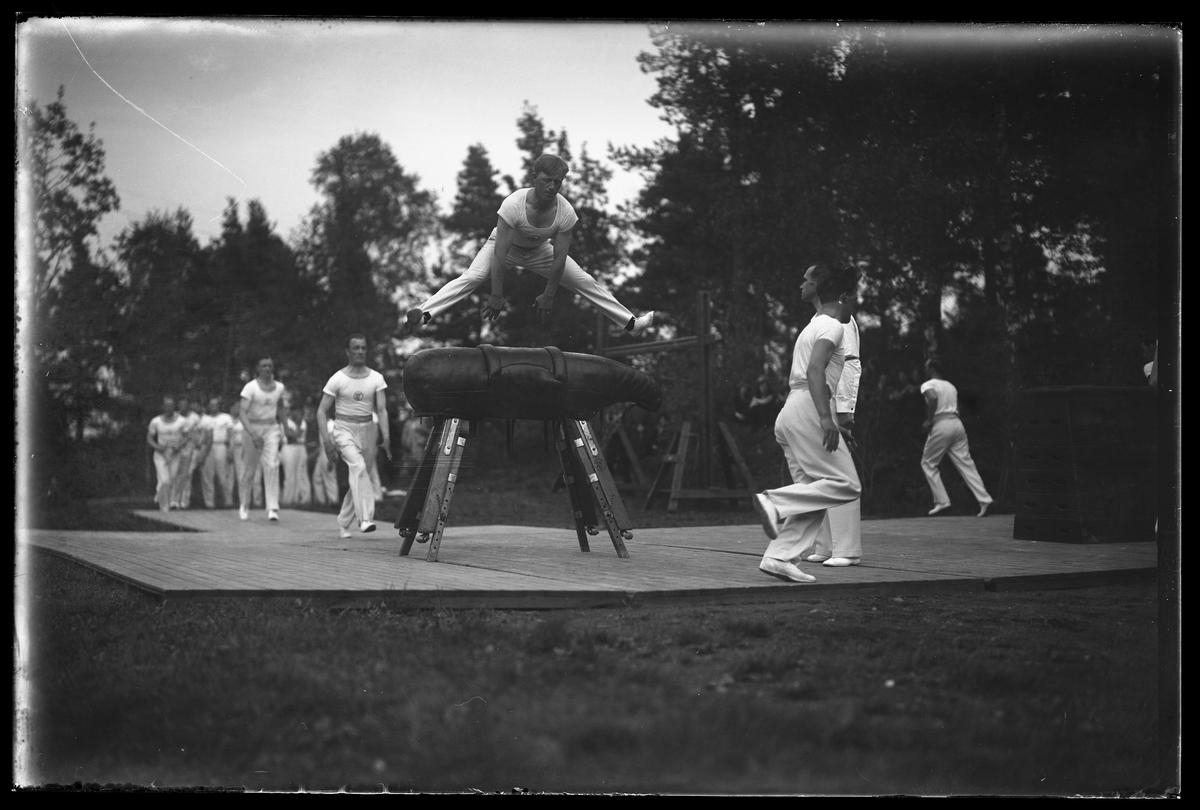 Gymnaster från Alingsås Idrottsförening (AIF) köar för att hoppa över en bock under en uppvisning i Parken.