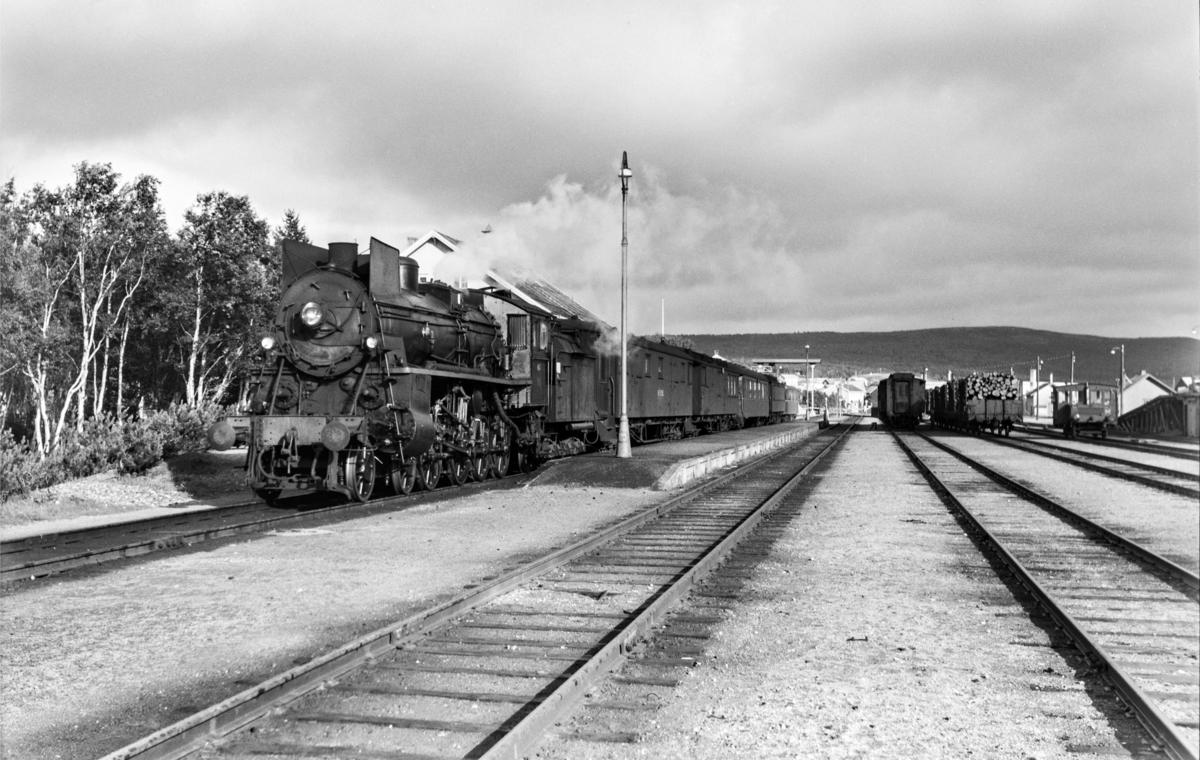 Dagtoget fra Oslo Ø til Trondheim, tog 301 på Røros stasjon. Toget trekkes av damplok type 26c nr. 413.