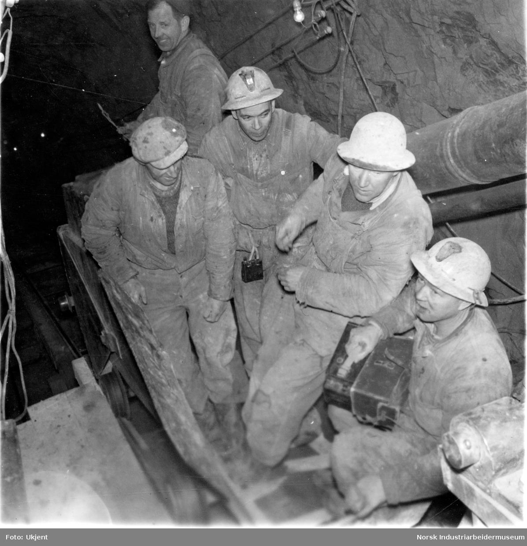 Arbeidslag inne i tunnelen i forbindelse med bygging av Gaustabanen.
