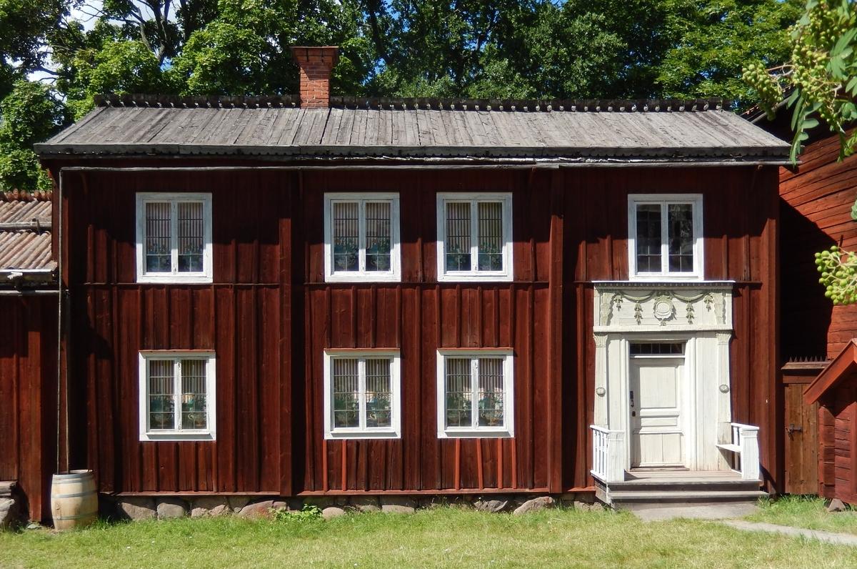 Sängstugan från Sunnanås är en enkelstuga med framkammare, timrad i två våningar och klädd med stående locklistpanel. Fasaden är målad med röd slamfärg. Taket är ett sadeltak, med tätskikt av näver samt takved.  Sängstugan kommer från Sunnanås by, Ljusdals socken i Hälsingland. Den uppfördes på Skansen under åren 1939-1940.