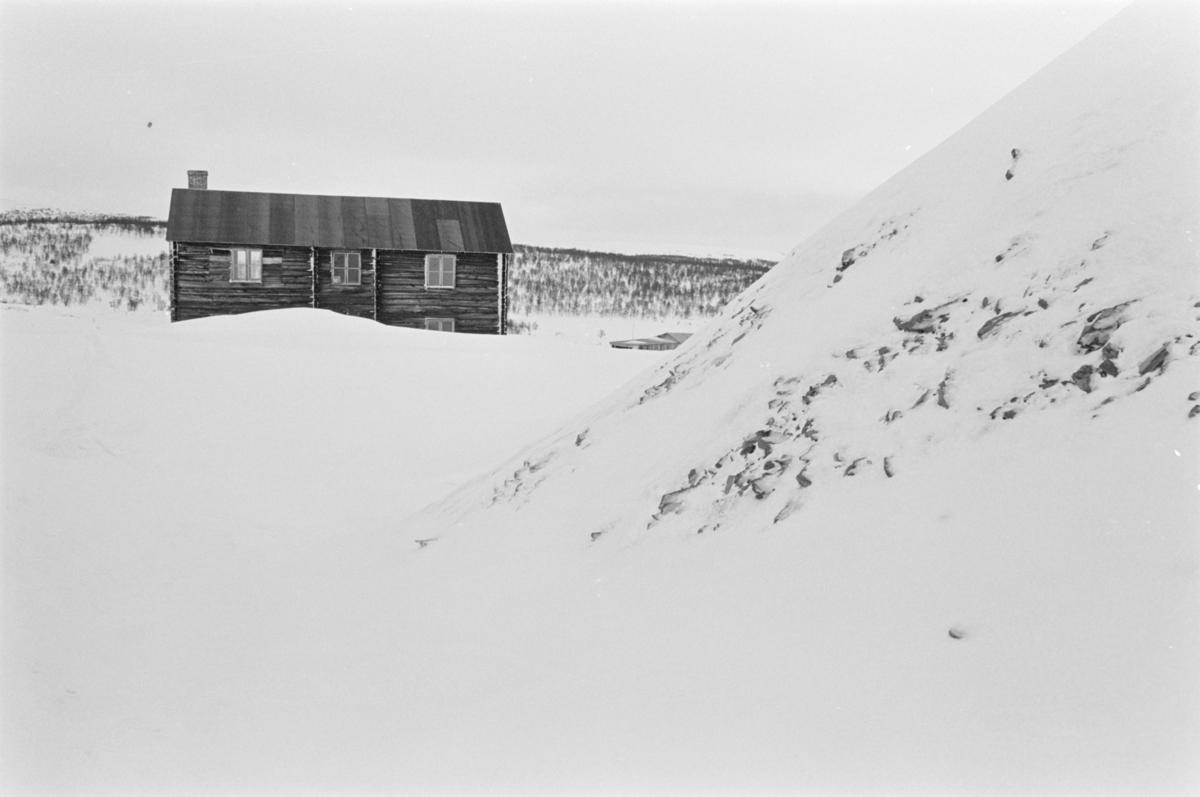 Et hus i et snødekket landskap ved Røros.