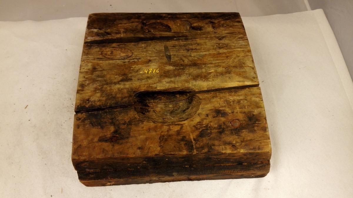 40 tøi trykplater (trykformer)  Konf 4595 - 4618, 4623 og 4629. Avtrykformene er no 4716 - 4744 skaaret i træ og for farvetryk, medan no 4745 - 4755 er for oljetrykk. Samtlige er forskjellige og forskjellige fra  Samlingernes tidligere trykplater, undtagen: no 4719 og 4602, der har samme mønster. Trykplaterne er dels firkantete, dels runde og dels trekantete for hjørnemønster.  Samtlige disse saker har tilhørt sælgerens formand, en forlængst avdød farver  L.I.Hærum, Lyster. Kjøpt av farver M. A. Madsen, Lyster.
