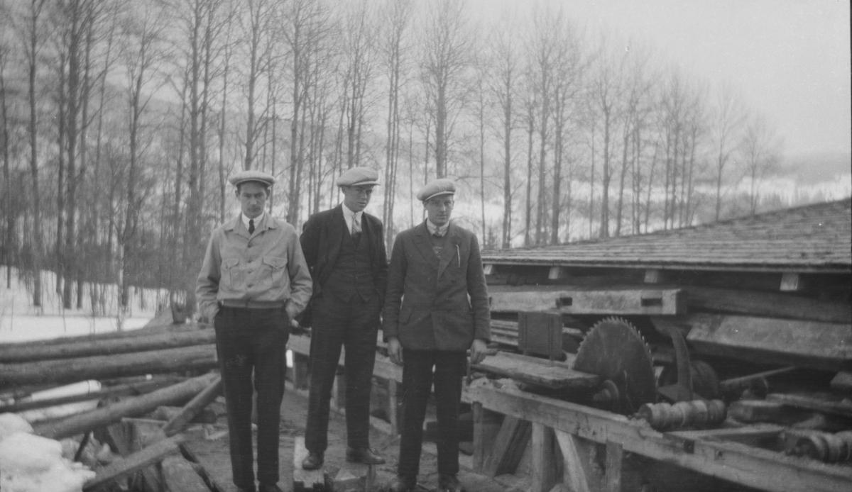 Kalstad sag og mølle med møller Karl Moe, Kåre Nilsen og Olav Børresen
