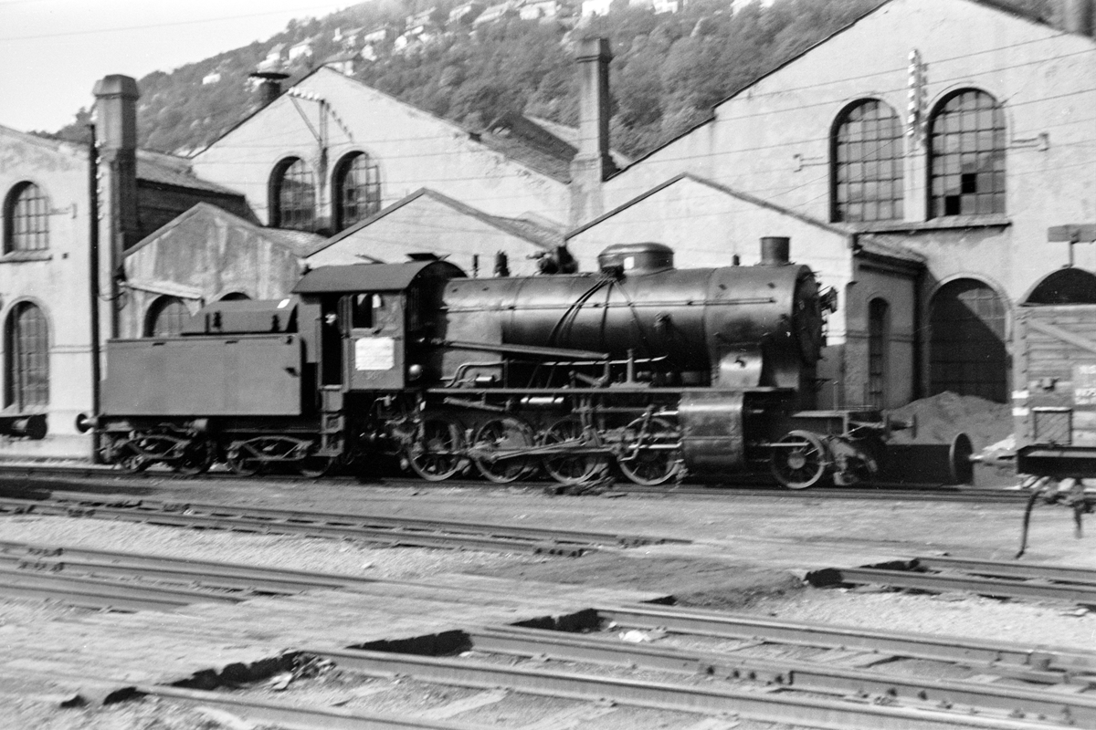 Damplokomotiv type 33a nr. 300 ved lokomotivstallen på Bergen stasjon.
