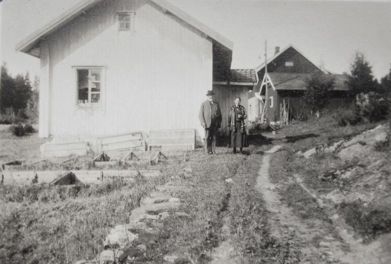 På dette bildet fra ca 1927 er Anders og Karoline på Ørnås, hvor Karoline vokste opp.