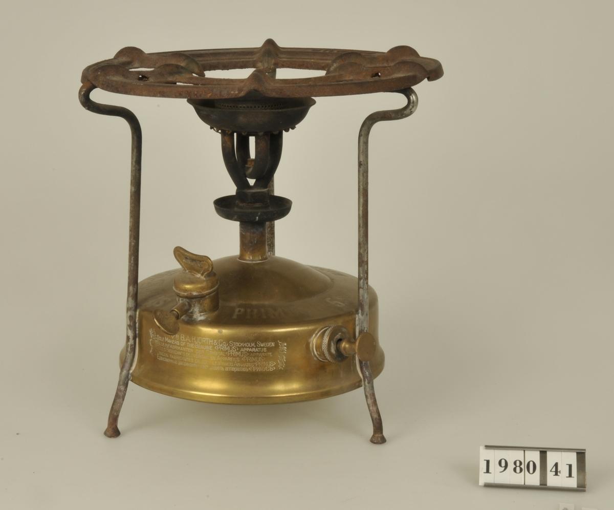 Primuskök med behållare av mässing. Fotogenköket Primus konstruerades av ingenjör F:V. Lindqvist, 1892. Det här exemplaret använt till och med 1940.