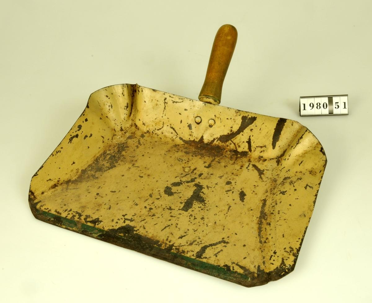 Med handtag av trä. Längd med handtag 285 mm. Ljust gul färg med grön kant.