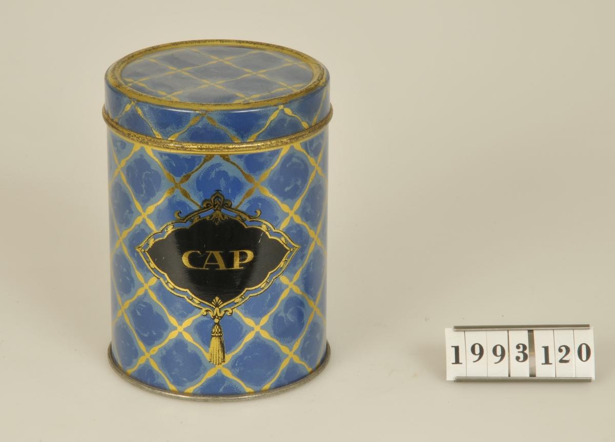 Lackerad i blått/guld med texten: CAP mot svart botten.