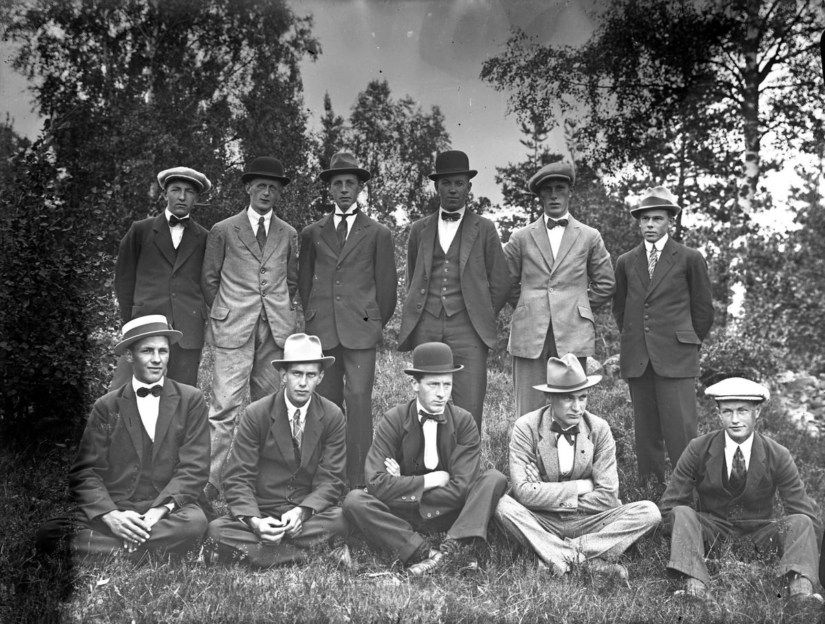 Svenska Trädgårdsarbetareförbundet avd 13 (1918-1924). Anställda vid de stora handelsträdgårdarna i Alingsås, Sjöstrands, Hallbergs, Sjöbergs och Albano. Trädgårdsarbetareförbundet anslöt sig senare till Svenska Lantarbetarförbundet avd 263 (1920-1989). Möjligen även anställda vid godsen?  Originalkopia finns, 10x15 bruntonat vykortspapper.