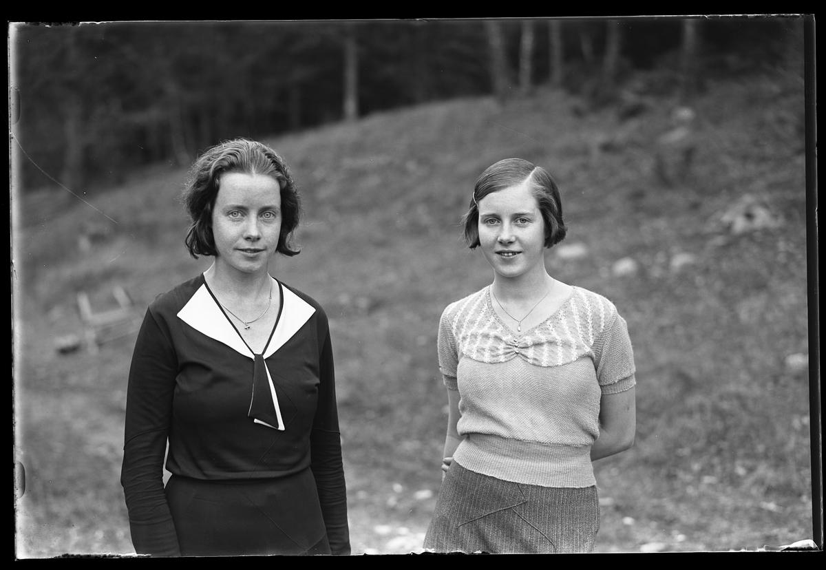 """Två kvinnor fotograferde utomhus. I fotografens anteckningar står det """"Antonssons, Vadsjö""""."""