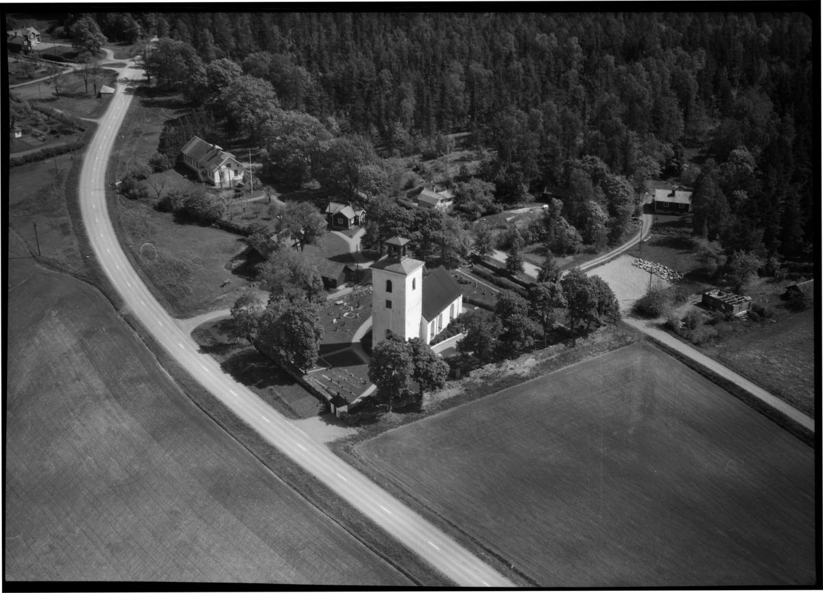 Flygfoto över Tillberga kyrka, Tillberga. Tagen 1965 av AB flygtrafik Dals Långed.