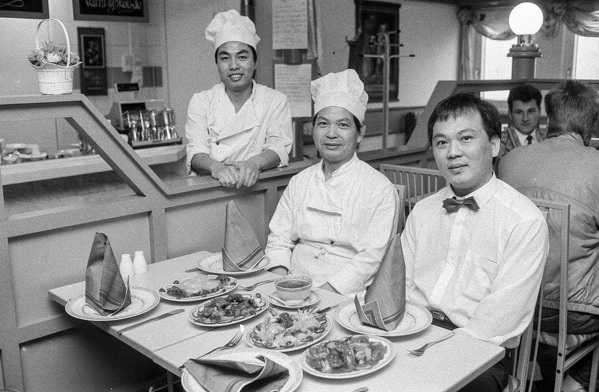 Ny kinarestaurant i Ski, China Garden på gamle Henrik. Kinamat på dekket bord. Fra venstre: Tong Wai Chuen, Chan Hung og eier Law Yin Nin Tomsen.