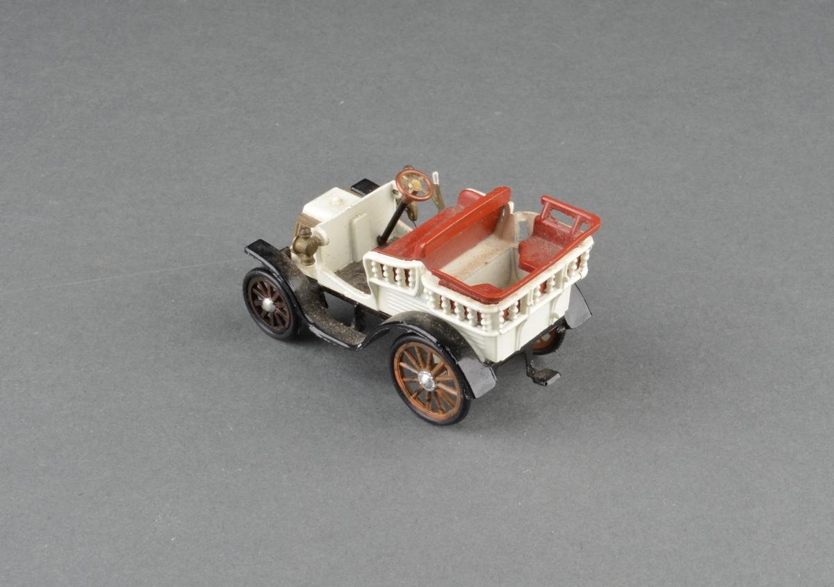 Modell av veteranbil Renault 1900. Kabriolet med dobbelt sett seter. I original pappeske med påtrykt motiv av modellbil