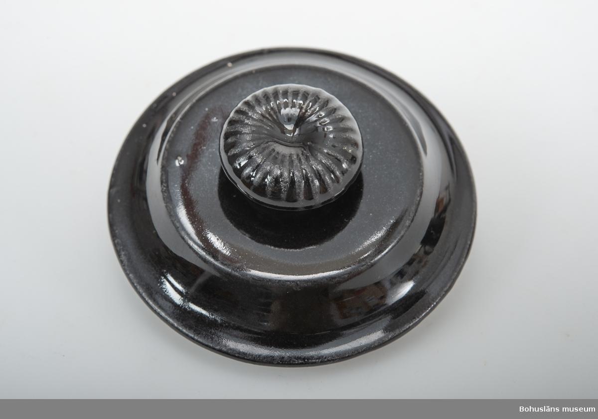 Svartglaserad tekanna, modell AU.  Formgivare Arthur Percy. Sammanhör med vattenkanna UM020221.