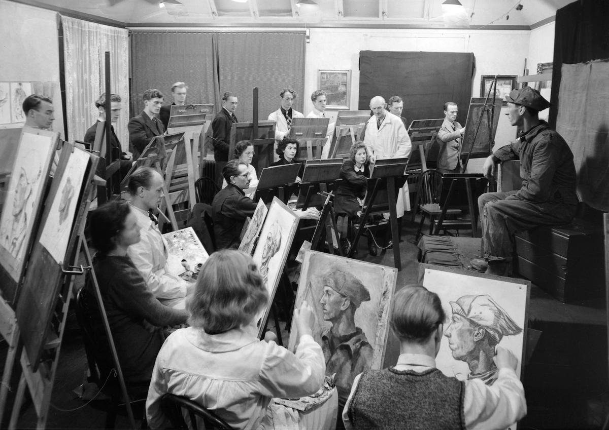 Harald Krohg Stabell underviser i tegning