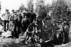 Ett trettiotal rallare vid en arbetsplats vid 1900-talets bö