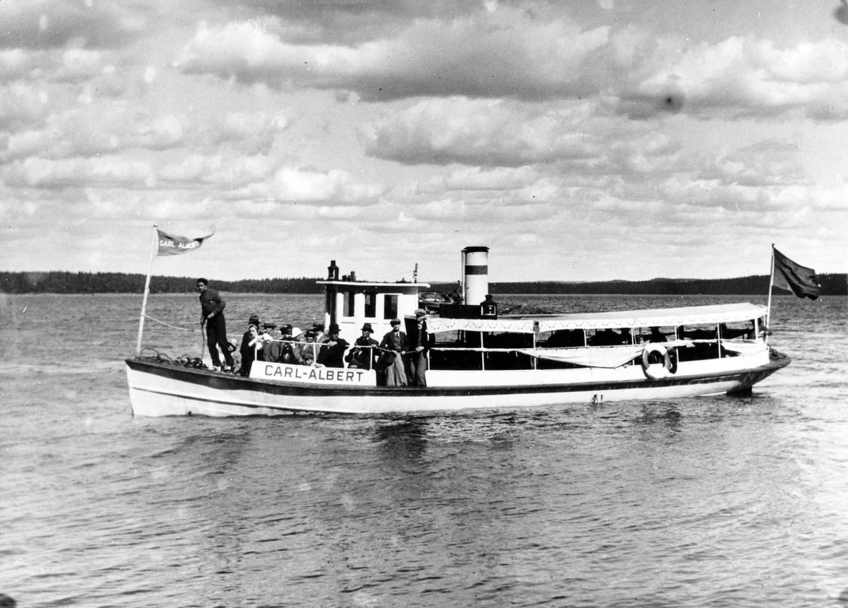 Ångslupen Carl-Albert fylld med passagerare på sjön Mjörn.