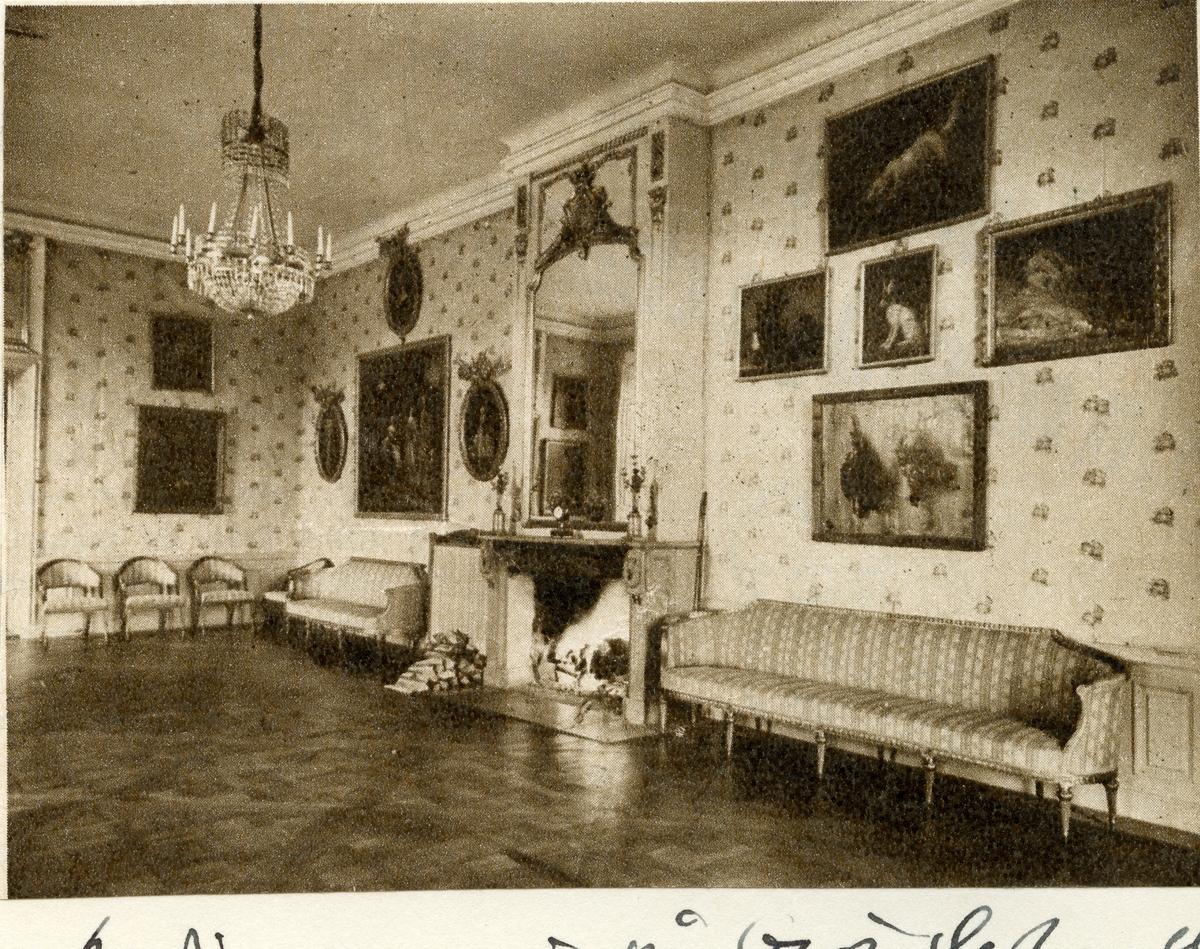 """Kolbäck sn, Strömsholms slott. Slottets audiensrum, med soffor, kristallkrona, spegel, tavlor m.m. (Text överst på bladet: """"Sörmlandiana"""")."""