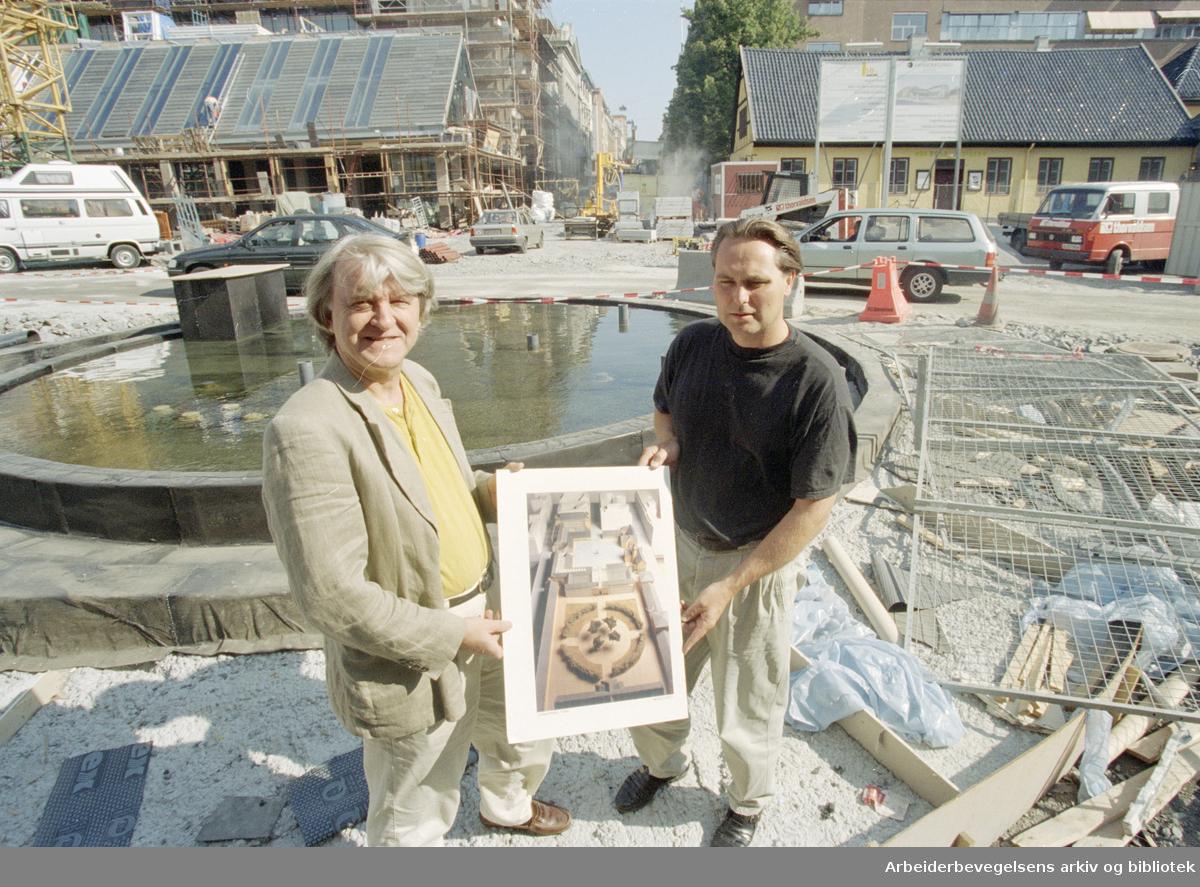 Christiania torv. Torstein Ramberg og Helge Hansen overvåker byggingen av det nye torvet. 14. august 1996