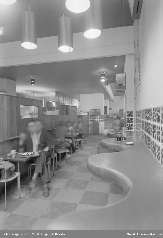 Interiør fra kafeen på Hotell Viking.