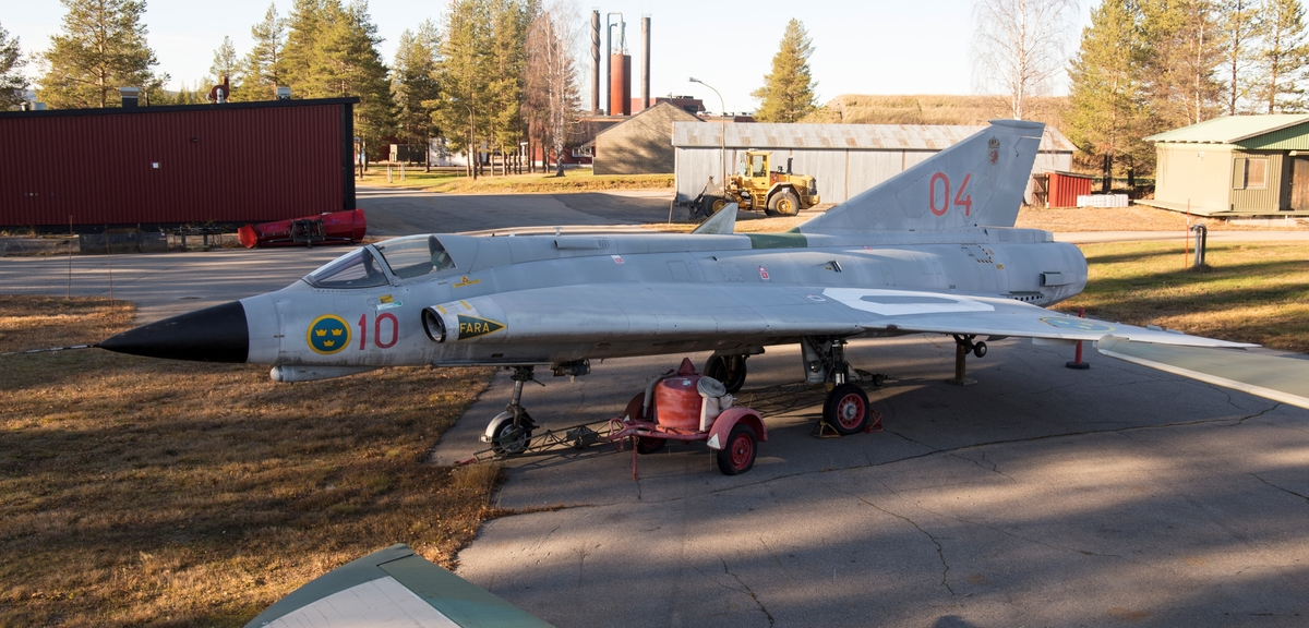 Det modifierades efter 1986 från J 35F till J 35J (gråmålad). Flygplan 35604 godkändes 1970 och tjänstgjorde på F 3, F 17 och F 10.