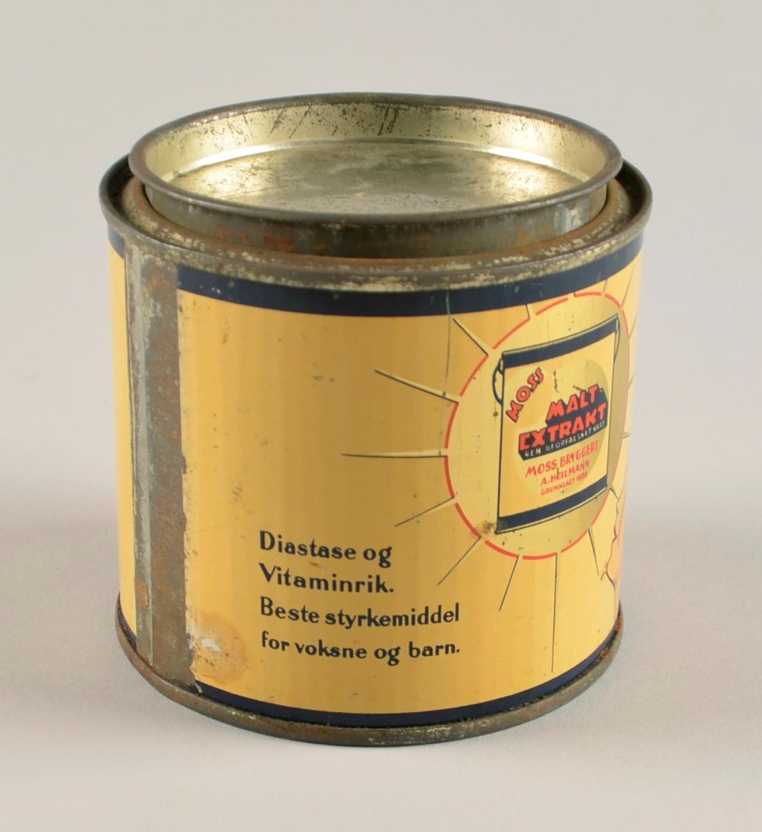 Boks med laust lok i jarnblikk med laus tobakk og ei pakke med tobakk oppi. Tekst og figurar i raudt, svart, mørk blått og gull  på lys gul botn. Tokakkspappa i voksa lys brunt papir med skrift og bilete i raudt og gult.