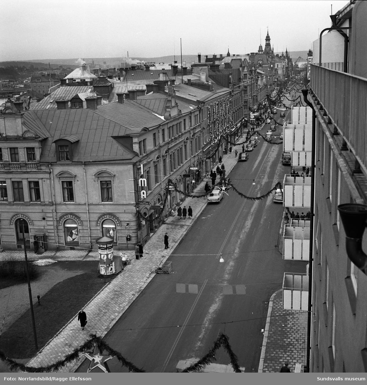 Storgatan i julskrud, fotograferat österut från 33:ans balkong.
