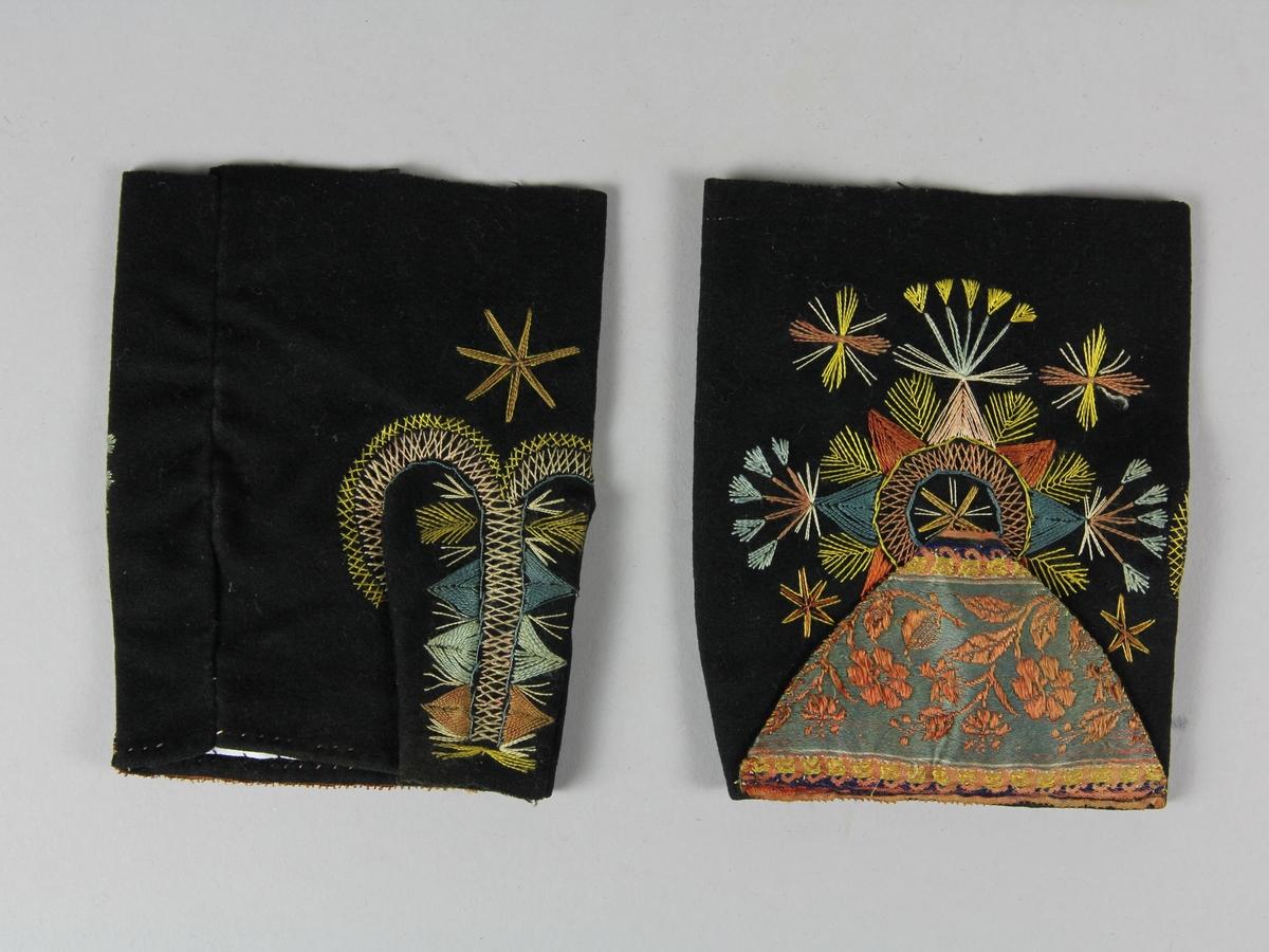 Ett par halvhandskar av svart kläde (ylletyg). Sydda av ett stycke med en infälld tumme. Sömmen runt tummen helt dold av rader med flätsöm av silke. På handens ovansida och på hela tummen fritt broderi med silke i mörkt rosa, rött, gult, blått och vitt. Längst fram på handen, delvis döljande broderiet, sitter en applikation bestående av en trekant av en bit av ett rosamönstrat sidenband förstärkt på undersidan med svart kläde. Mot handleden är handskarna ofållade.