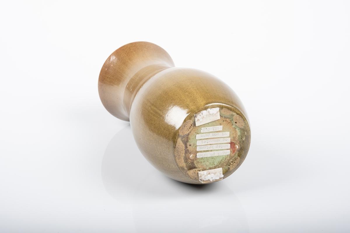 Dreiet keramikkvase med smalnet hals. Vasen er smal og høy. Den er glasert med mosegrønn glasur.