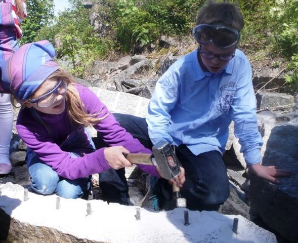 Kilehull må lages før stenen kan klyves i to. (Foto/Photo)