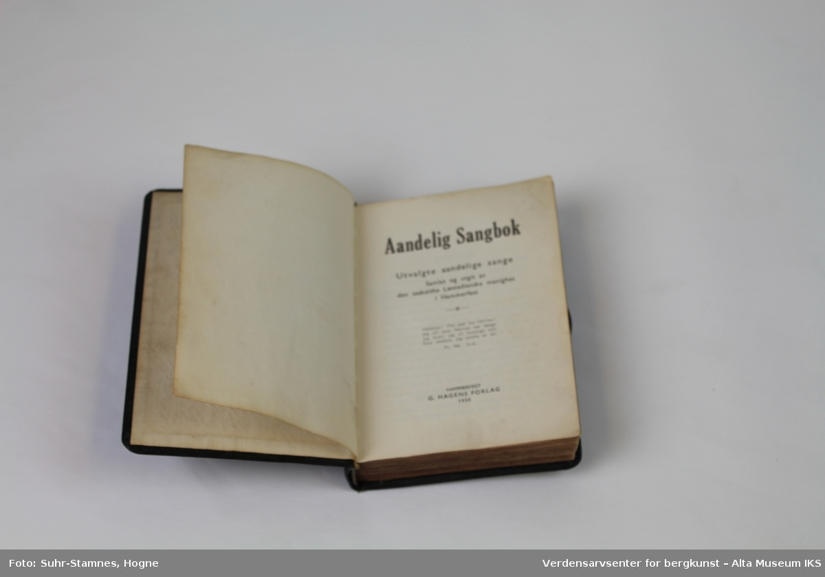 1b277674 ... Verdensarvsenter for bergkunst – Alta Museum IKS. Religiøs sangbok  innbundet i lær