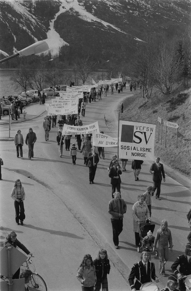 """1.Mai-tog i Mosjøen 1975, her i Vefsnvegen ved Jernbaneundergangen. """" Vefsn SV Sosialisme i Norge"""""""