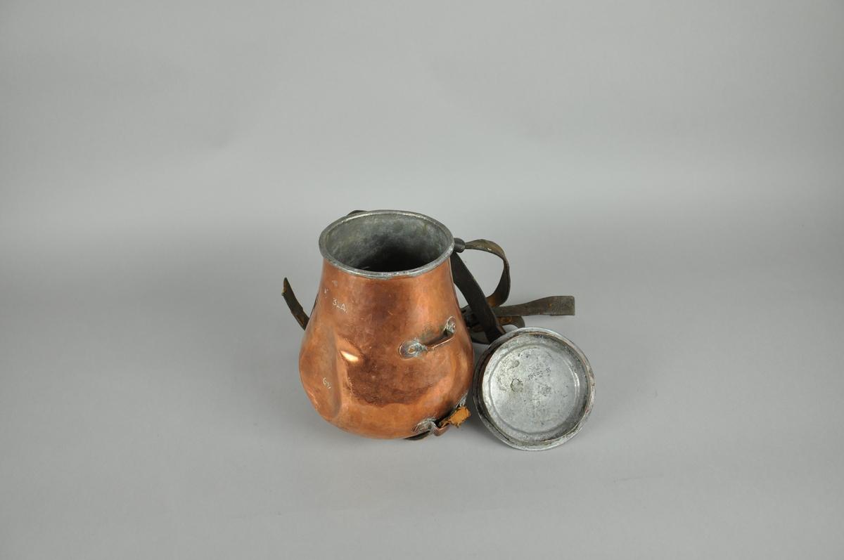 Kokekar av kobber. Lokket er festet til flasken med en lærreim. Flasken har beslag for feste.
