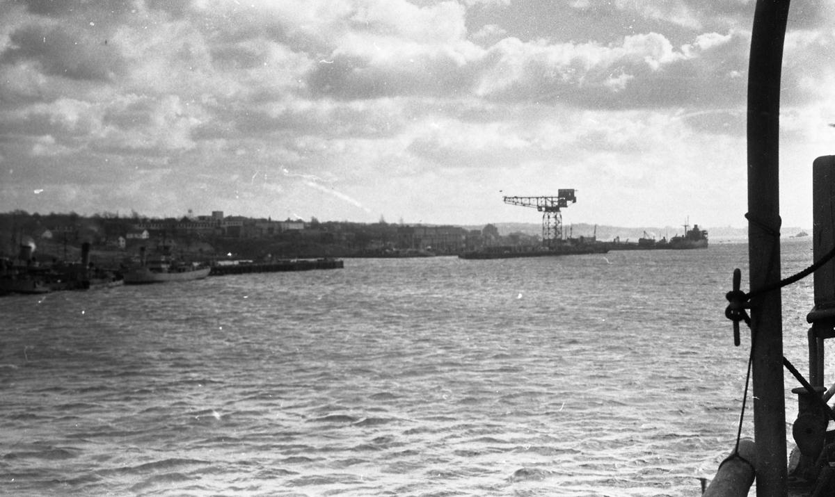 På vei gjennom havnen. Halifax i bakgrunnen. Suderøy på vei til fangstfeltet.