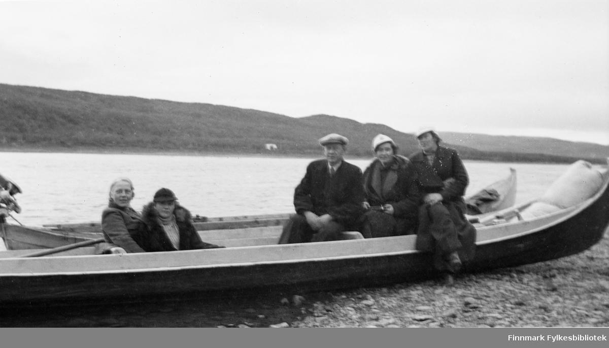 På Tanaelven midt på 1930-tallet. Sittende på båten fra venstre: Bergljot Andrå, Anna Valle, Oskar Alseen, Laura Lorentsen og Aslaug Alseen.