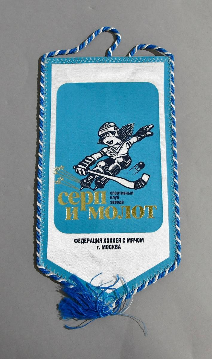 Rektangulært bordflagg med spiss nederst. Bilde av kvinnelig bandyspiller, og innskrift på russisk.