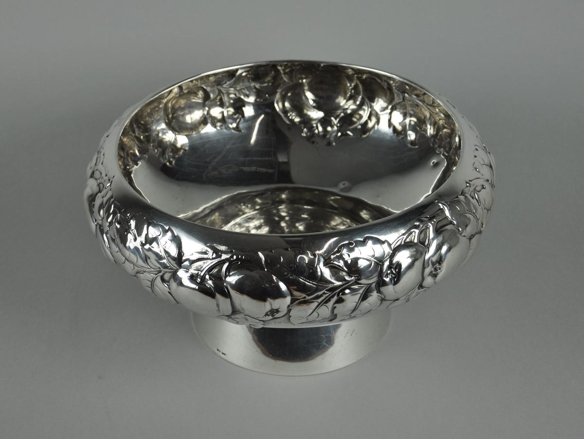 Stettebolle av sølv, med siselert dekor. Motiv på dekorborde av epler og blad.