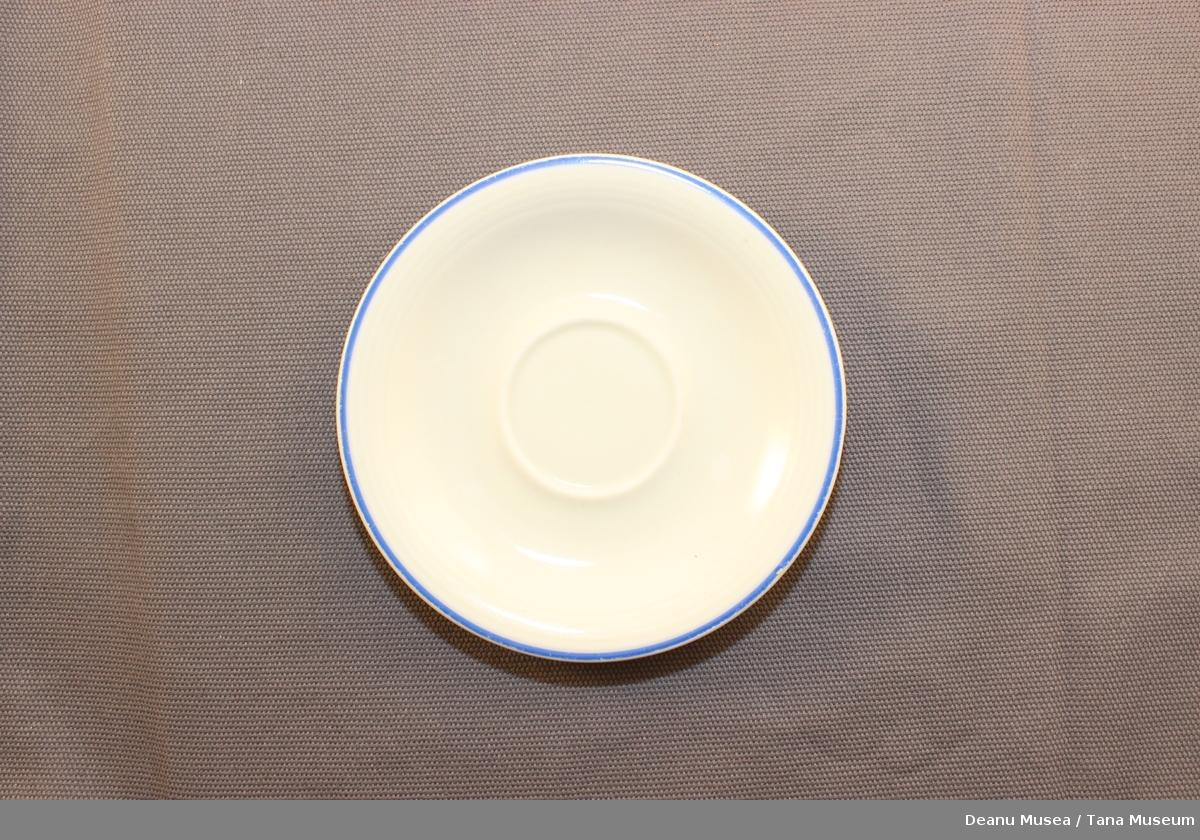 Tefat til kopper. Blå linje rundt kanten.