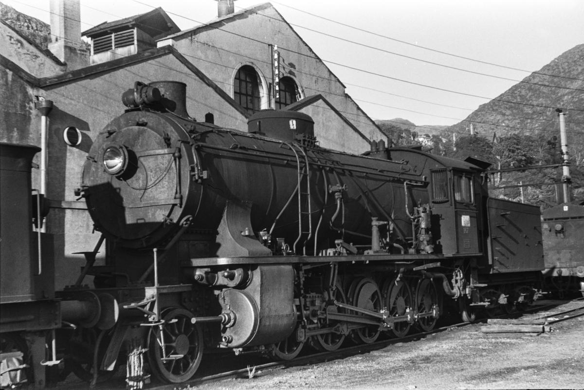Utrangert damplokomotiv type 39a nr. 167 på Sjøsporet ved lokomotivstallen på Bergen stasjon.